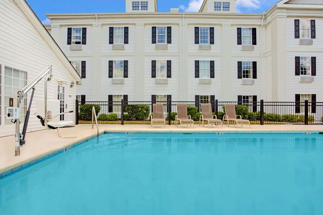 珀尔贝蒙特套房酒店 - 珍珠城 - 游泳池