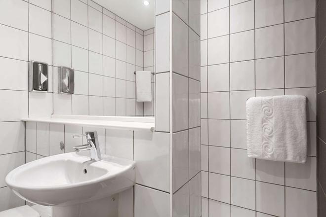 伦敦斯坦斯特德机场温德姆华美达酒店 - 毕晓普斯托福德 - 浴室