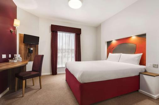 华美达伦敦斯坦斯特德机场酒店 - 毕晓普斯托福德 - 睡房