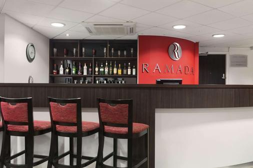 华美达伦敦斯坦斯特德机场酒店 - 毕晓普斯托福德 - 酒吧