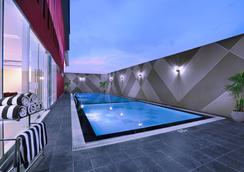 泗水伦库特法弗酒店 - 泗水 - 游泳池