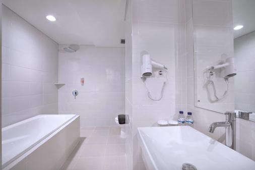 泗水伦库特法弗酒店 - 泗水 - 浴室