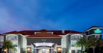 萨凡纳机场普勒温德姆拉昆塔套房酒店 - 普勒