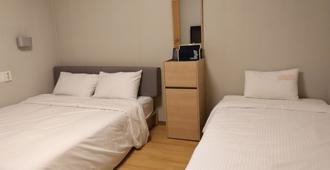 尤尼斯戴套房旅馆 - 釜山 - 睡房