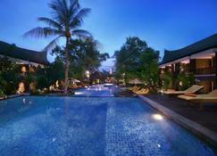 阿斯顿日落海滩度假村 - 吉利特拉旺安港 - 吉利特拉旺安 - 游泳池