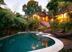 乌玛提斯萨巴图酒店 - 登巴萨 - 游泳池