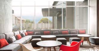 宜必思望加锡城市中心酒店 - 马卡萨 - 休息厅