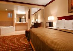 贝斯特韦斯特花园别墅酒店 - 罗斯堡 - 睡房
