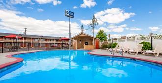贝斯特韦斯特花园别墅酒店 - 罗斯堡 - 游泳池