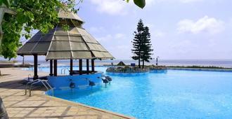 隆海海滩度假酒店 - 头顿 - 游泳池