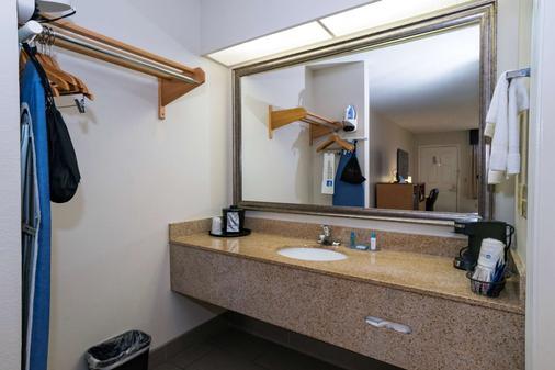 贝斯特韦斯特机场汽车旅馆 - 珍珠城 - 浴室