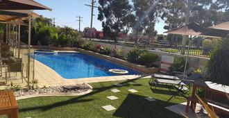 查菲贝斯特韦斯特汽车旅馆 - 米尔迪拉 - 游泳池