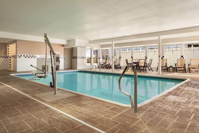 布卢明顿诺莫尔机场丽怡酒店 - 布卢明顿 - 游泳池