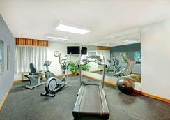 堪萨斯城戴斯套房酒店 - 堪萨斯城 - 健身房