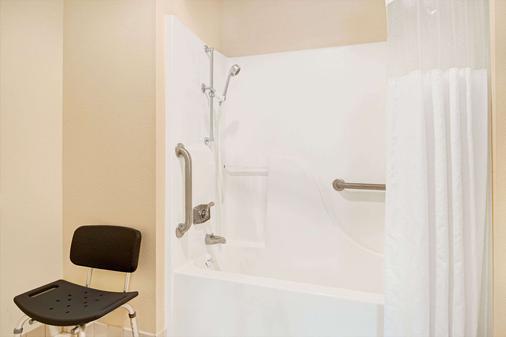 堪萨斯城戴斯套房酒店 - 堪萨斯城 - 浴室