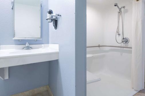 堪萨斯城机场麦克罗特套房酒店 - 堪萨斯城 - 浴室