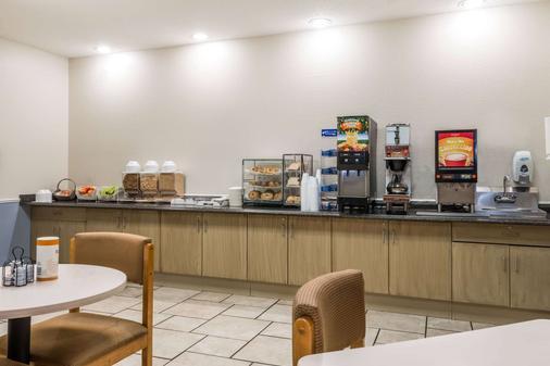 堪萨斯城机场麦克罗特套房酒店 - 堪萨斯城 - 自助餐