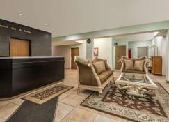 堪萨斯城机场温德姆麦克洛套房酒店 - 堪萨斯城 - 大厅