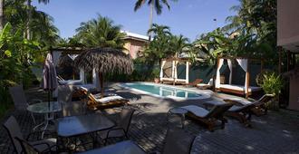 科帕卡巴纳套房酒店 - 限成人 - 哈科 - 游泳池