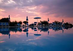 尼内亚农庄酒店 - 里卡迪 - 游泳池