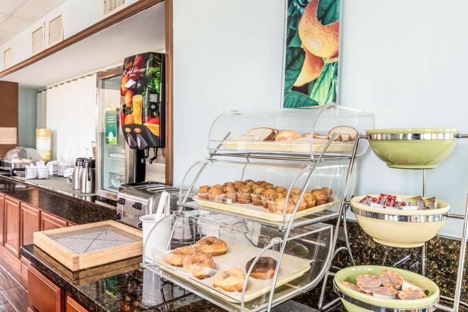 帕迪尤卡优质套房酒店 - 帕迪尤卡 - 自助餐