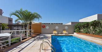 斯特里姆宫酒店 - 里贝朗普雷图 - 游泳池