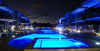 华美达赫维湾酒店 - 赫维湾 - 游泳池