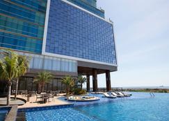 林拉酒店 - 马卡萨 - 游泳池