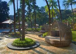 泗水香格里拉酒店 - 泗水 - 游泳池