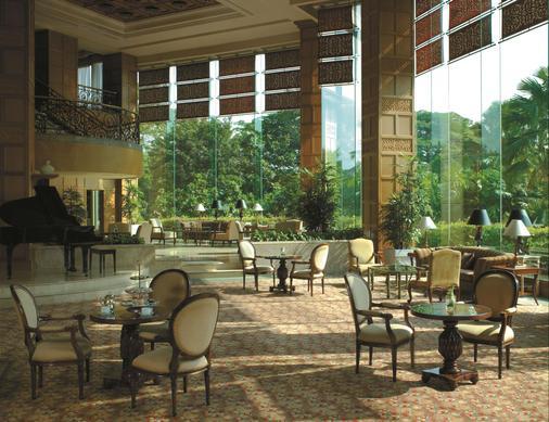 泗水香格里拉酒店 - 泗水 - 酒吧