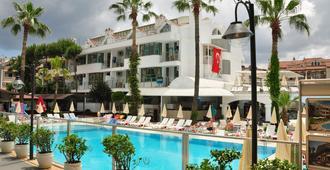 俱乐部中庭马尔马里斯酒店 - 马尔马里斯 - 游泳池