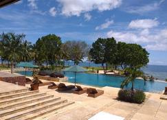 丹绒勒松海滩酒店 - 帕尼姆邦 - 游泳池