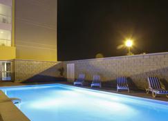 萨利纳克鲁斯城市快捷酒店 - 萨利纳克鲁斯 - 游泳池