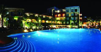 凯撒皇宫酒店 - 贾迪尼-纳克索斯 - 游泳池