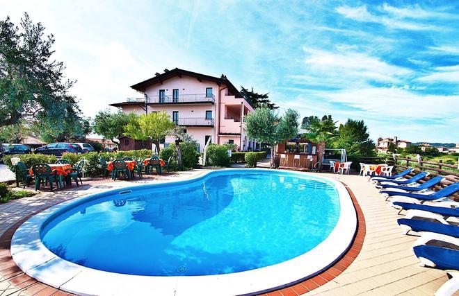 贝拉维斯塔公寓 - 马内尔巴 - 游泳池