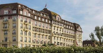 多维尔皇家吕西安巴里亚酒店 - 多维尔 - 建筑