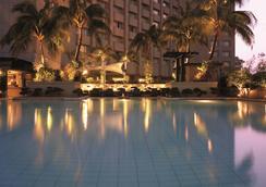 麦卡蒂香格里拉大马尼拉酒店 - 马卡蒂 - 游泳池