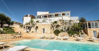 特拉萨苏拉卢佩酒店 - 奥斯图尼 - 游泳池