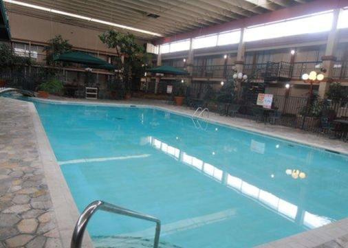 柯林斯堡品质套房酒店 - 柯林斯堡 - 游泳池