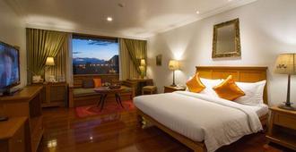 清莱皇河屋度假酒店 - 清莱 - 睡房