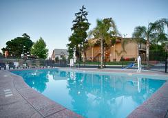 希尔山之家贝斯特韦斯特优质酒店 - 贝克斯菲尔德 - 游泳池