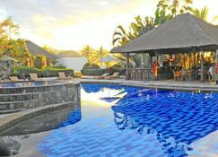 梅德威湾花园别墅酒店 - Pekutatan - 游泳池