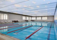 华美达巴库酒店 - 巴库 - 游泳池