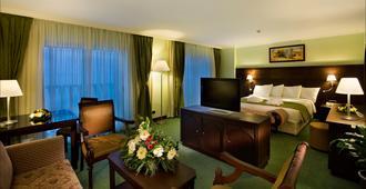 安塔利亚皇冠假日酒店 - 安塔利亚 - 睡房
