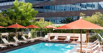 尼斯阿里纳斯机场诺富特套房酒店 - 尼斯 - 游泳池