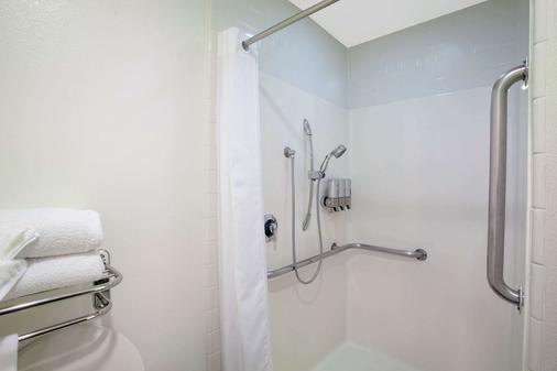 安大略机场/会议中心蓝天丽池饭店 - 安大略 - 浴室