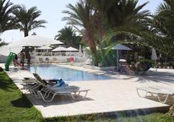 吉尔巴岛西贝尔莱姆海滩度假村 - 米多恩 - 游泳池