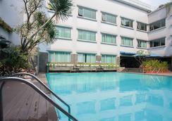 奇哈佩拉斯普利米尔法福酒店 - 万隆 - 游泳池