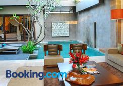 伽腻色迦别墅酒店 - 库塔 - 游泳池