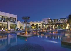 沙迦度假村及水疗中心,丽思卡尔顿酒店 - 多哈 - 游泳池